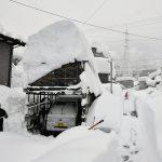 Eccezionale tempesta di neve in Giappone: fino a 2 metri di coltre bianca, caos trasporti con migliaia di persone bloccate in auto e treni [FOTO]