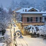Maltempo Lombardia: fino a 30cm di neve a Varese, raffica di incidenti stradali nel Pavese: pullman fuori strada, tir 'parcheggiati' nei campi [FOTO]