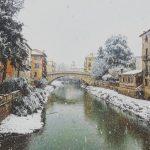 Maltempo in Veneto, lo straordinario spettacolo della neve a Vicenza: città completamente imbiancata [FOTO]