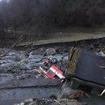 Maltempo Veneto: crolla ponte su torrente a Gosaldo, mezzo dei vigili del fuoco precipita nel greto [FOTO]
