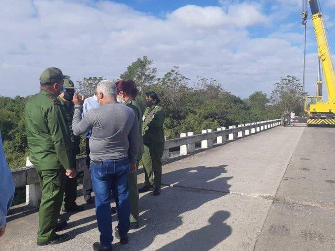 Autobus con a bordo degli insegnanti precipita da un ponte: gravissimo bilancio