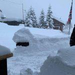 Meteo, quasi 3 metri di neve a Cervinia: 900 persone isolate per valanghe in Valle d'Aosta [FOTO]