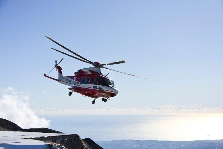 Figura 1 - Elicottero AW 139 di Leonardo, rinominato Drago VF 142, nella configurazione in forza ai Reparti Volo del CNVVF, in località Rifugio Sapienza, Etna. Fotografia di M. Cantarero, INGV.