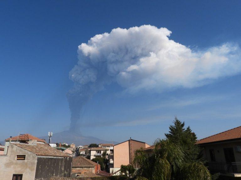 Figura 2 - Colonna eruttiva alle ore 08:15, vista da Tremestieri Etneo (versante meridionale etneo). Dispersione della nube di cenere e gas in direzione est-sud-est. Foto di Boris Behncke, INGV.
