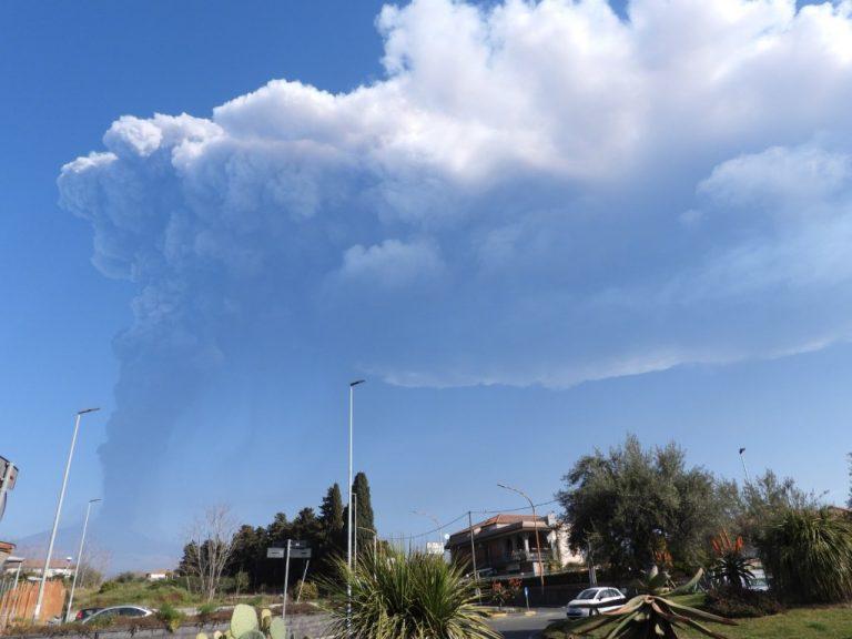 Figura 3 -  Colonna eruttiva alta diversi chilometri vista da Mascalucia (versante meridionale etneo) alle ore 08:30. Foto di Boris Behncke, INGV.