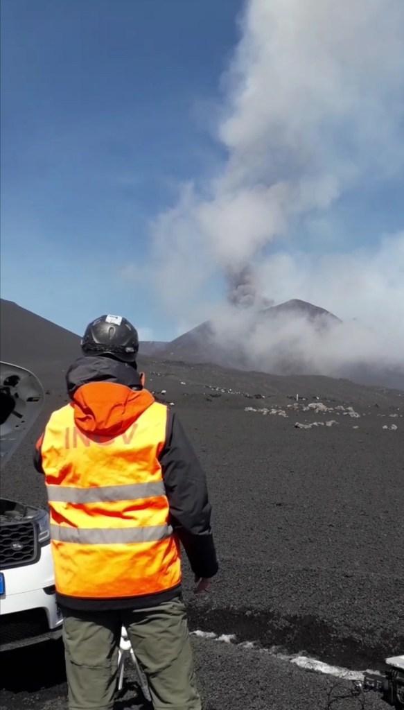 Figura 4 -  Osservando il vulcano. Staff dell'INGV sul campo per il monitoraggio vulcanico. Foto di Piergiorgio Scarlato, INGV.