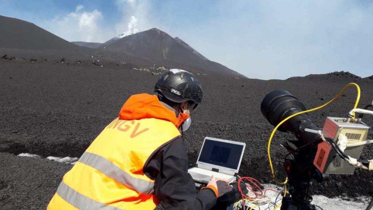 Figura  5 - Ricercatore dell'INGV mentre effettua misure in tempo reale dell'evento eruttivo in atto tramite telecamere termiche ad alta velocità. Foto di Piergiorgio Scarlato, INGV.