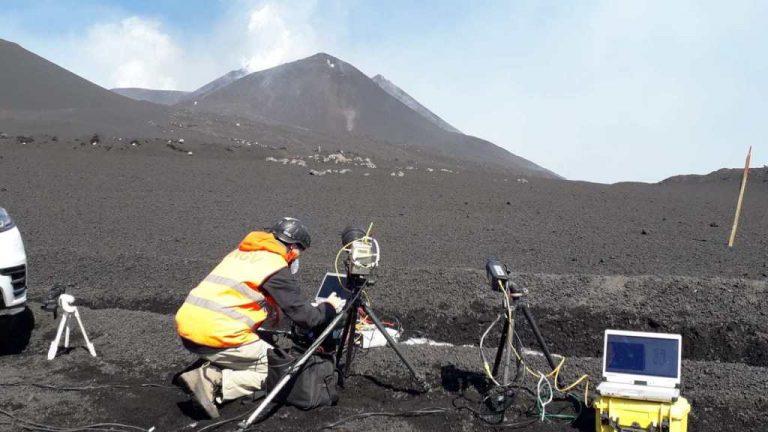 Figura 6 - Ricercatore dell'INGV mentre effettua misure in tempo reale dell'evento eruttivo in atto tramite telecamere termiche ad alta velocità. Foto di Piergiorgio Scarlato, INGV.