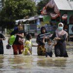 In Indonesia è l'Apocalisse: inondazioni, migliaia di evacuati, oltre ottomila case sommerse [FOTO]