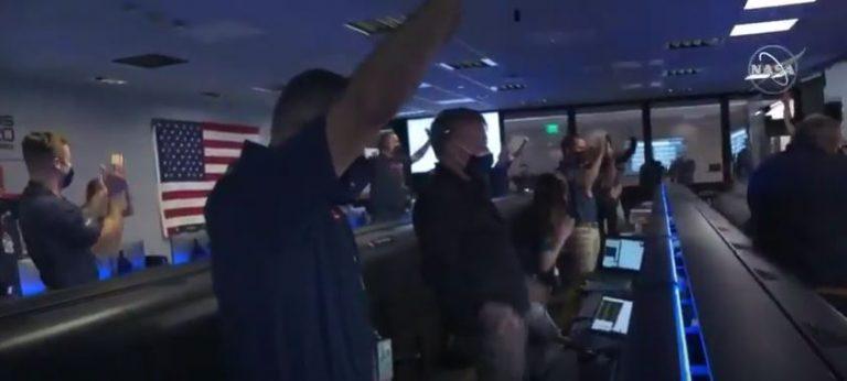 Il momento del touchdown nel quartier generale NASA