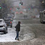 Tempesta di neve negli USA: operatori sanitari bloccati vaccinano automobilisti per non perdere le dosi [FOTO]