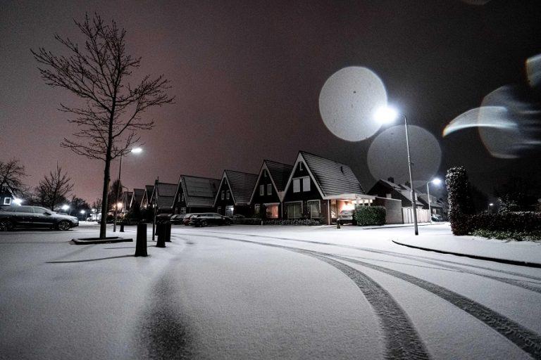 Nevicata a Mierlo, nei Paesi Bassi. Foto Rob Engelaar / Ansa