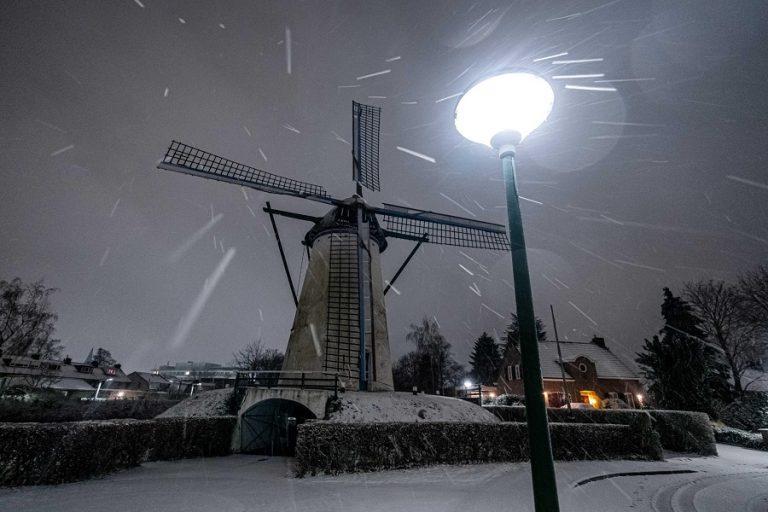 Nevicata a Geldrop, nei Paesi Bassi. Foto Rob Engelaar / Ansa