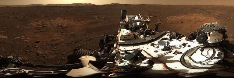 Questo è il primo panorama a 360 gradi ripreso da Mastcam-Z, una coppia di telecamere a bordo del rover Perseverance della NASA. Il panorama è composto da 142 singole immagini scattate il Sol 3, il 3° giorno marziano della missione (21 febbraio 2021). Credit: NASA / JPL-Caltech / MSSS / ASU