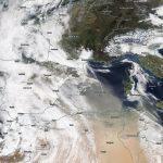 Meteo, enorme nuvola di sabbia del Sahara in Europa: la neve di Alpi e Pirenei si tinge di rosso, cieli gialli in Inghilterra [FOTO e VIDEO]