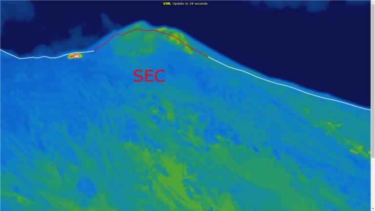 Nell'immagine registrata dalla telecamera di sorveglianza termica sulla Schiena dell'Asino (versante sud-orientale dell'Etna, sull'orlo meridionale della Valle del Bove), si vede l'anomalia termica alla base sinistra del cono del Cratere di Sud-Est