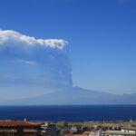 Etna, oggi un'eruzione pazzesca: la colonna eruttiva ha sfondato la tropopausa, rarissimo overshooting top vulcanico [FOTO]