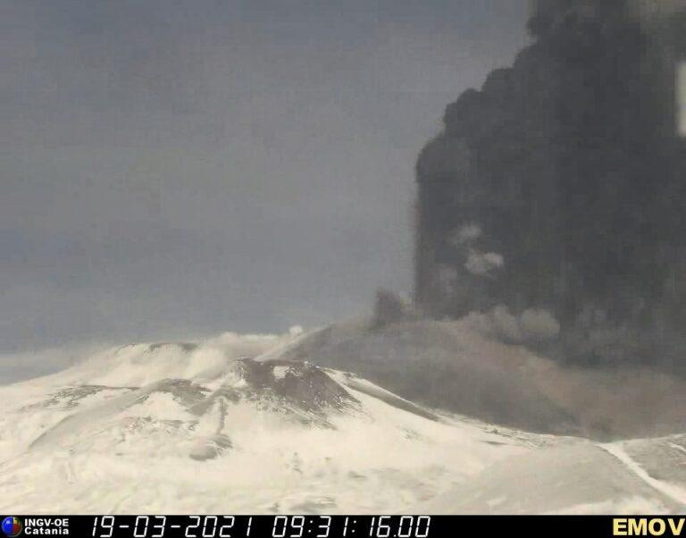 Fontane di lava ed emissione di cenere dal Cratere di Sud-Est, alle ore 10:31 (locali) del 19 marzo 2021, in un'immagine registrata dalla telecamera di sorveglianza visiva sulla Montagnola (alto versante sud dell'Etna).
