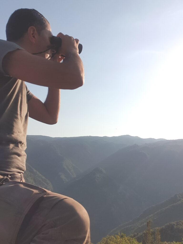 Gianluca Congi durante la ricerca sul Biancone in Sila