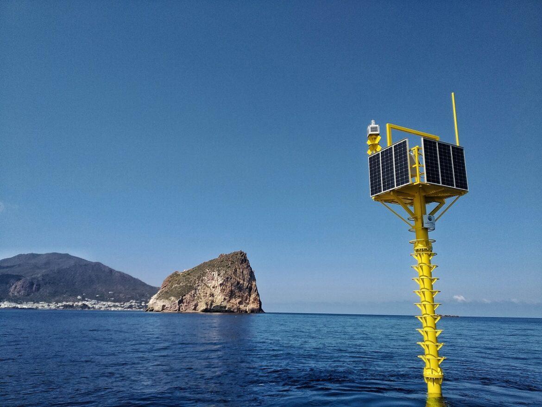 La meda a palo posizionata dall'INGV al largo dell'isola di Panarea
