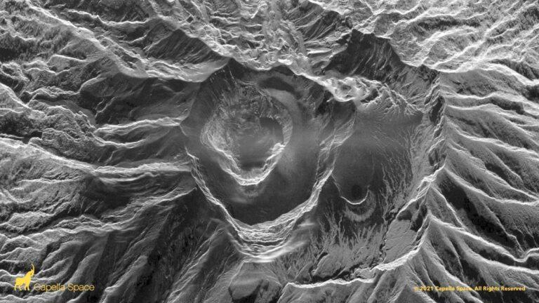 Figura 5 – Immagine radar (SAR) acquisita da un satellite dell'azienda statunitense Capella Space, 10 aprile 2021. Si nota la presenza di una profonda voragine al posto occupato fino a pochi giorni fa da due duomi di lava, quello formatosi nel 1979, e quello cresciuto accanto ad esso fra fine dicembre 2020 e il 9 aprile 2021 mattina.