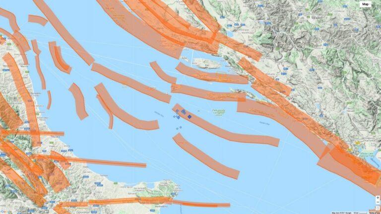 Figura 1 – I terremoti di magnitudo superiore a 3.5 della sequenza in Adriatico centrale (rombi azzurri; la dimensione del simbolo è proporzionale alla magnitudo) e le faglie sismogenetiche del database DISS dell'INGV (http://diss.rm.ingv.it/diss/), in arancione.