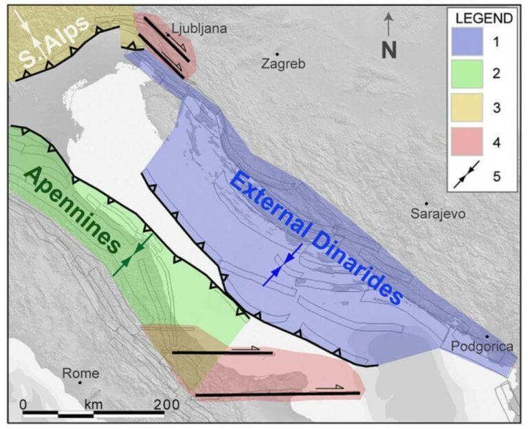 Figura 2 – schema della deformazione attiva nell'area adriatica. 1. Dinaridi esterne, fagliazione inversa 2. Appennino settentrionale, fagliazione inversa 3. Alpi meridionali, fagliazione inversa 4. dominio della fagliazione trascorrente 5. direzione della compressione massima.