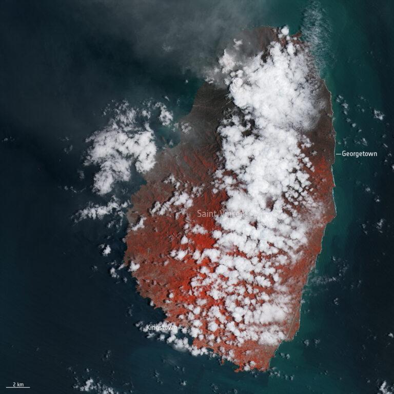 L'isola di Saint Vincent il 13 aprile, dopo l'eruzione del vulcano La Soufriere. Contains modified Copernicus Sentinel data (2021), processed by ESA, CC BY-SA 3.0 IGO