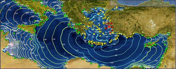 L'ultimo evento sismico che ha prodotto uno tsunami nel Mar Mediterraneo durante il periodo di operatività del CAT analizzato in questo studio (2017-2020). Epicentro presso l'isola di Samos, magnitudo 7.0, 30 ottobre 2020. Si notano i punti in allerta rossa e quelli in allerta arancio. Le isolinee in mappa rappresentano le isocrone dello tsunami (le linee del tempo percorso). Per questo evento il CAT ha diramato l'allerta tsunami otto minuti dopo il terremoto