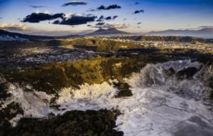 Figura 2 – Sullo sfondo il Vesuvio, in primo piano il cratere della Solfatara. Foto gentilmente concessa da Vittorio Sciosia.