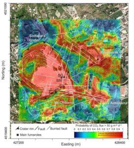 Figura 8 – Mappa che mostra le principali strutture di degassamento all'interno del cratere della Solfatara ed i risultati ottenuti dalle misure effettuate nel periodo 1998-2016. Il colore rosso indica le aree caratterizzate da un maggior flusso di CO2 diffuso dal suolo, di origine vulcanico/idrotermale. Immagine tratta dal lavoro di Cardellini et al., 2017
