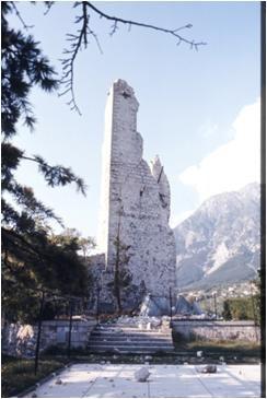 """La """"Torre dell'Orologio"""" del Castello di Gemona dopo la scossa del 6 maggio 1976"""