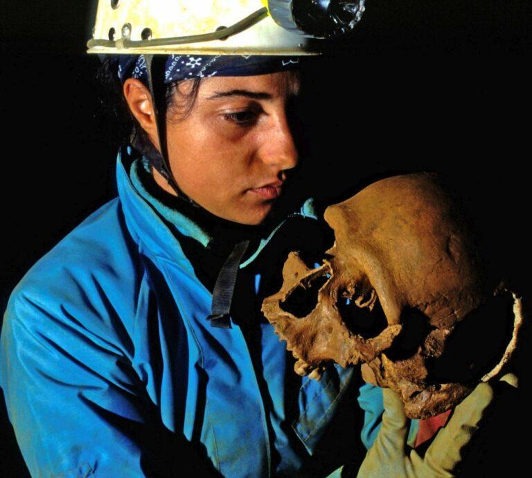 Rinvenimento di resti ossei umani durante le ricognizioni speleo-archeologiche del 1997 (foto di Felice Larocca).