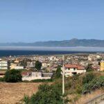 """Meteo, lo Stretto di Messina avvolto dalla nebbia: lo spettacolo della """"Lupa di Mare"""" tra Calabria e Sicilia [FOTO e VIDEO]"""