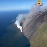 Eruzione Stromboli: la colata di lava in mare diventa un'attrazione per i turisti [FOTO]