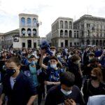 L'Inter vince lo scudetto ed esplode la festa: grande folla di tifosi a Milano [FOTO e VIDEO]