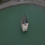 Il livello delle acque del lago si abbassa e riaffiora il paese sommerso di Resia [FOTO]