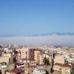 """Meteo, Reggio Calabria si risveglia con la nebbia: lo spettacolo della """"Lupa di Mare"""" in riva allo Stretto di Messina [FOTO]"""