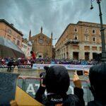 Maltempo sul Giro d'Italia, pioggia e vento sulla 4ª tappa: ciclisti nella bufera da Piacenza a Sestola [FOTO LIVE]