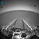"""Il rover cinese Zhurong scatta e invia i primi """"selfie"""" da Marte [FOTO]"""