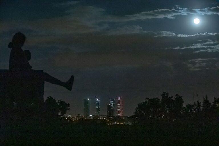 La Superluna vista dalla Spagna. Foto Meng Dingbo / Ansa
