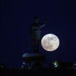 La più grande Superluna dell'anno protagonista del cielo: le FOTO dall'Italia e dal Mondo