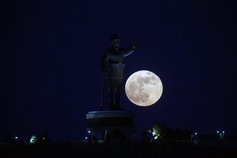 La Superluna vista dalla Turchia. Foto Mustafa Kaya / Ansa