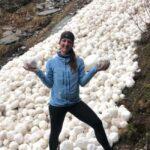 Incredibile valanga nelle Alpi francesi: una sorprendente distesa di palle di neve bianche [FOTO]