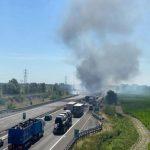 Tragedia sull'A1, scontro tra camion nel Piacentino: autocisterna prende fuoco, morti 2 camionisti [FOTO e VIDEO]