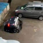Auto viene inghiottita da una voragine e sparisce nell'acqua a Mumbai: l'incredibile VIDEO diventa virale