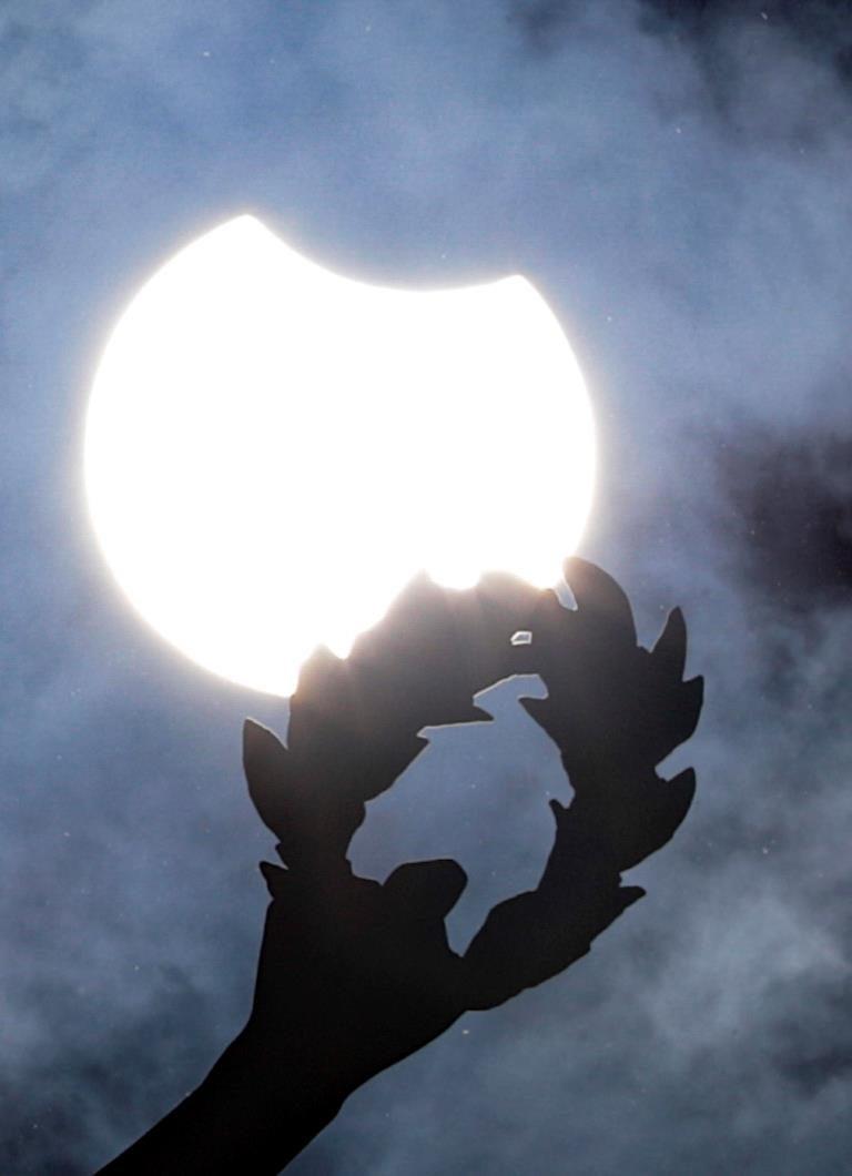 L'eclissi vista da Bruxelles. Foto Olivier Hoslet / Ansa