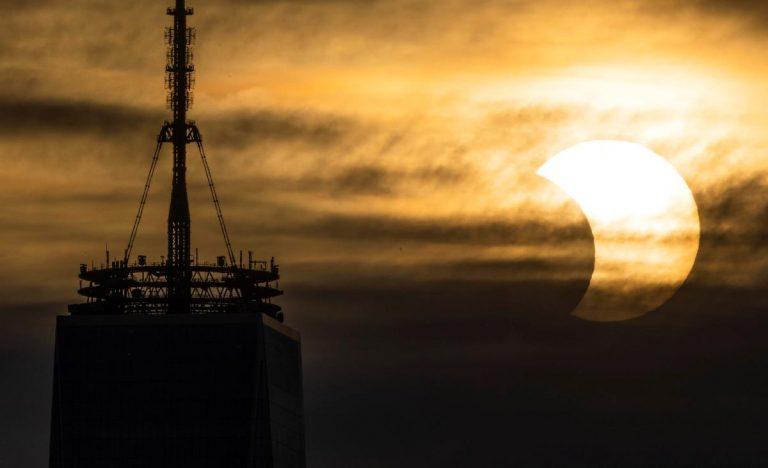 L'eclissi vista da New York. Foto Justin Lane / Ansa