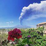 Etna in eruzione, violentissimo parossismo in atto: enorme colonna di cenere verso la costa jonica. FOTO e WEBCAM in diretta
