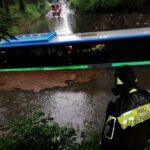 Maltempo Lombardia, allagamenti nel Varesotto: bus bloccato nell'acqua a Busto Arsizio, passeggeri salvati sui gommoni [FOTO e VIDEO]